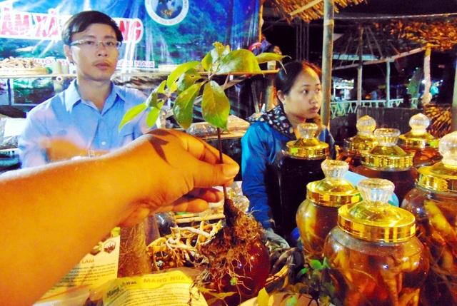 Một gian hàng bán sâm Ngọc Linh tại lễ hội sâm lần đầu tiên được tổ chức giữa tháng 6 vừa qua ở huyện Nam Trà My