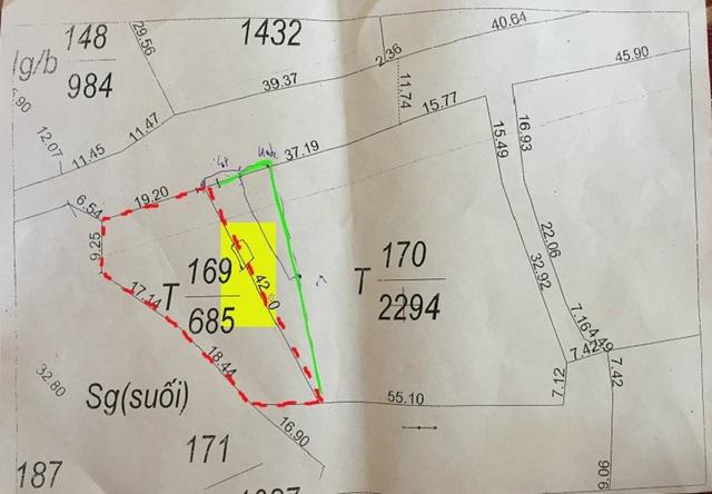 Ranh giới từ năm 1994 đến nay giữa hai hộ gia đình (đường màu xanh) và ranh giới trên sổ đỏ sau khi được cấp (đường màu đỏ) cùng vị trí ngôi nhà của gia đình bà Mai (ô màu vàng).