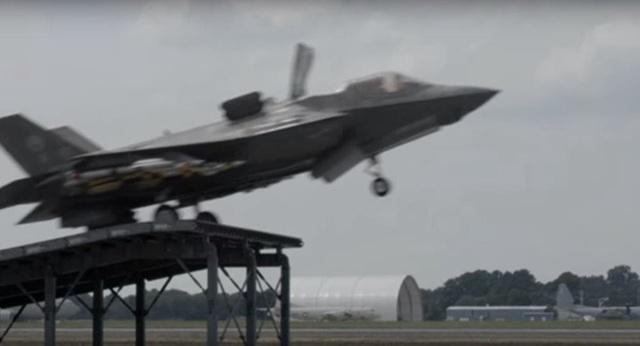 Máy bay F-35 cất cánh từ cầu nhảy (Ảnh: Sputnik)