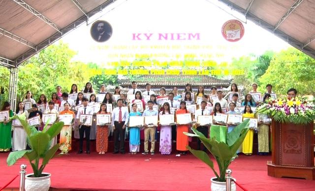 Các em học sinh, sinh viên có thành tích cao trong học tập được nhận giải thưởng Phan Châu Trinh