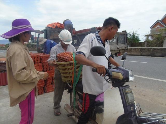 Người dân đến cửa hàng vật liệu xây dựng để mua ngói về sửa nhà sau bão