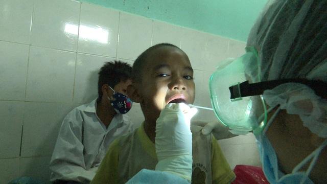 Học sinh ở Nam Trà My được khám và tiêm ngừa vắc xin bạch hầu
