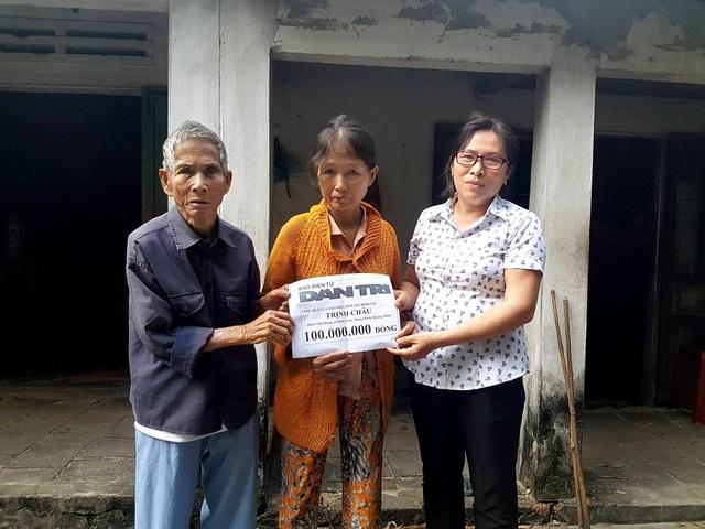 2 vợ chồng cụ Châu nhận tiền ủng hộ từ bạn đọc qua Quỹ Nhân ái