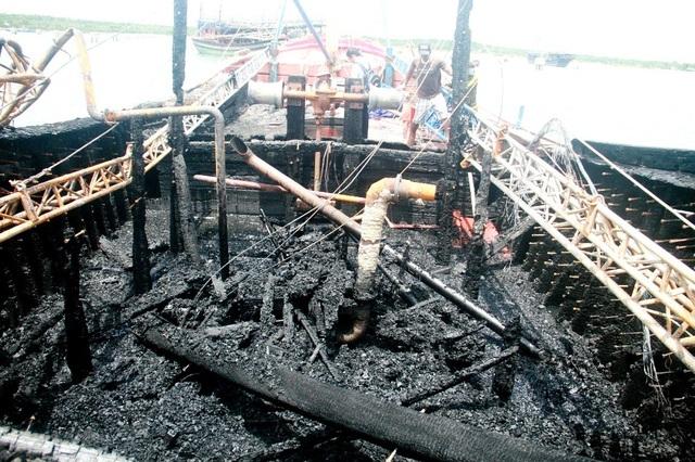 Một chiếc tàu cá ở huyện Núi Thành bị cháy trước đó. (Ảnh minh họa)