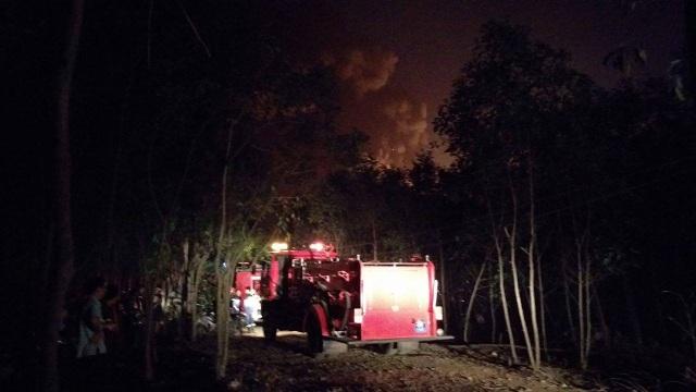 Xe chữa cháy vất vả tiếp cận hiện trường vụ cháy để dập lửa.