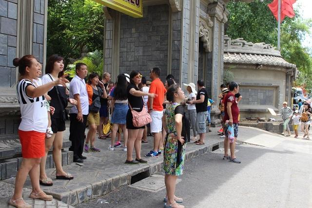 Du khách Trung Quốc đang tham quan ở chùa Long Sơn, TP Nha Trang, Khánh Hòa