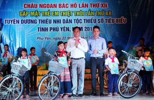 60 chiếc xe đạp được trao cho các thiếu nhi có hoàn cảnh đặc biệt khó khăn vươn lên trong cuộc sống
