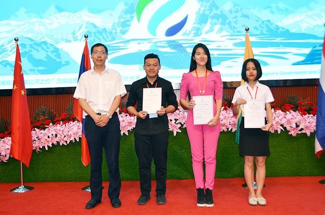 Nữ sinh Học viện Ngoại giao (áo hồng) nhận giải Thí sinh diễn thuyết hay nhất