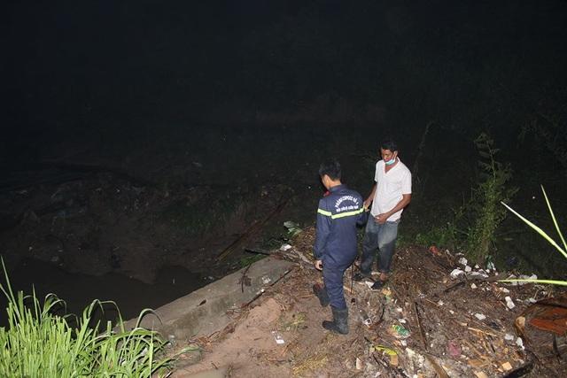 Lực lượng chức năng tiến hành tìm kiếm trong đêm
