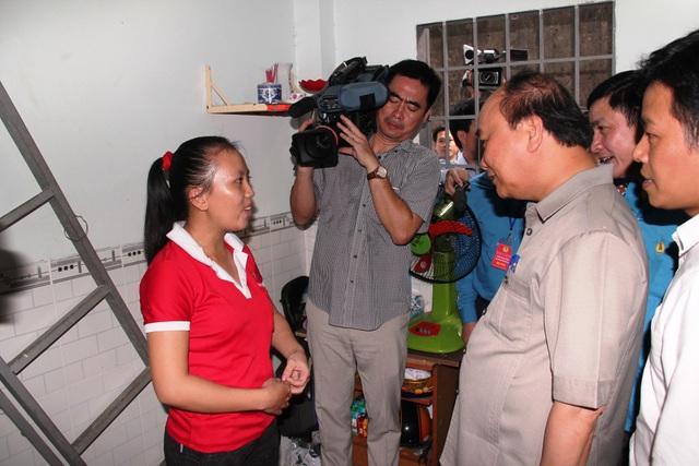 Thủ tướng Chính phủ Nguyễn Xuân Phúc thăm một phòng trọ công nhân