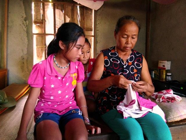 Hai chị em Trần Thị Hồng Ngọc (SN 2003) và Nguyễn Hiền Yến Thảo (2009) được sinh ra trong những cuộc tình chớp nhoáng của mẹ trong thời gian đi làm thuê tại miền Nam và giờ đây cả hai bị mẹ bỏ lại cho bà ngoại nuôi ở nhà rồi lại đi biệt xứ nên các em thiếu hơi ấm gia đình