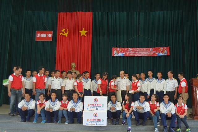Đoàn thanh niên Việt Sin đi thăm hỏi, giao lưu văn nghệ cùng các chiến sĩ tại huyện đảo Trường Sa