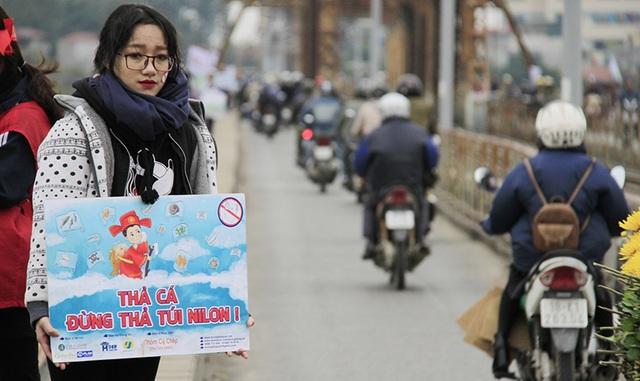 Đỗ Thị Mai Hương, lớp 10 THPT Nguyễn Gia Thiều (Hà Nội) cho biết em đứng ở cầu Long Biên từ hôm thứ 4 (18/1) đến nay. Tuy rằng thời tiết khá lạnh nhưng các bạn trẻ không hề nản lòng.
