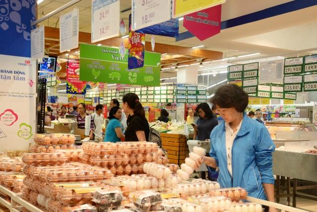 Khách chọn mua trứng tươi an toàn tại Coopmart Hòa Hảo