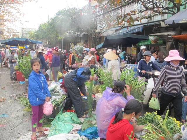 Người bán ngồi tràn cả ra bên ngoài đường lớn