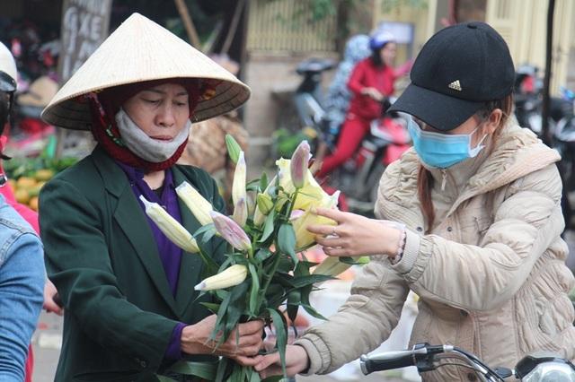 Có mặt tại khu vực chợ Phố Châu của huyện Hương Sơn vào chiều 30 tết, cảnh mua bán diễn ra tấp nập, hối hả. Người dân ở các khu vực, các huyện lân cận như Vũ Quang cũng đổ xô về đây. Vào thời điểm buổi chiều cuối năm, những mặt hàng được các hộ dân chọn mua nhiều nhất là hoa tươi