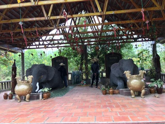 Mộ voi và tượng vua săn voi Khunjunop