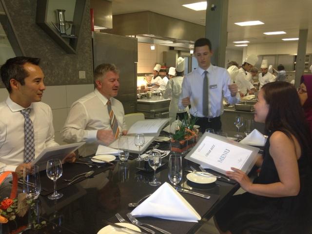 Cầu Xanh thăm bếp trường Cesar Ritz: Sinh viên từ khắp thế giới đông vui, nhiệt tình mặc dù làm việc vất vả.