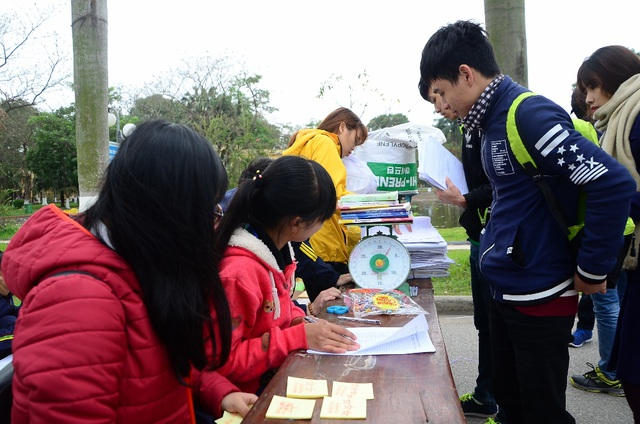 Ngay từ sớm, khá đông bạn trẻ đã mang giấy vụn tới để cân và đổi cây. Việc đổi cây được tiến hành với hình thức mua bán bằng phiếu sao.