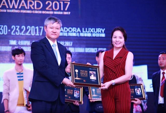 Bà được trao tặng danh hiệu Top 100 doanh nhân tiêu biểu 2016.