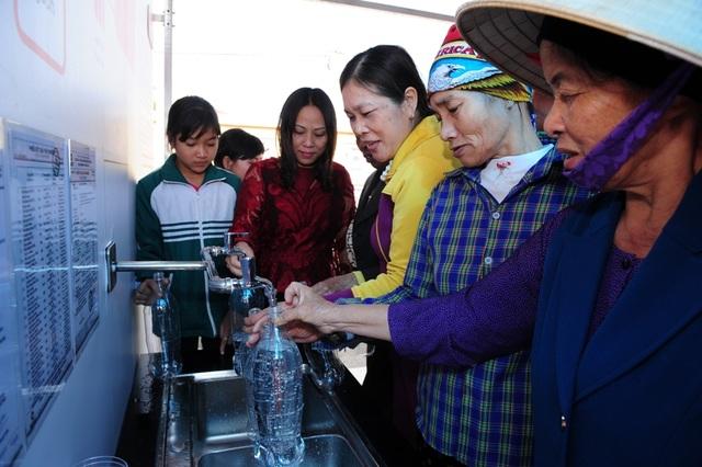 Nụ cười phấn khởi của người dân khi lấy nước sạch tại một trung tâm hỗ trợ cộng đồng EKOCENTER.