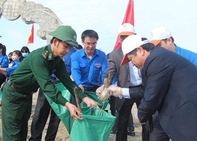 Lãnh đạo tỉnh, đoàn tham gia nhặt rác làm sạch biển