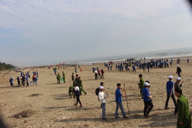 Hơn 1.500 đoàn viên, thanh niên đến từ các xã, đoàn khối và học sinh trên địa bàn huyện Nghi Xuân tham gia làm sạch môi trường biển