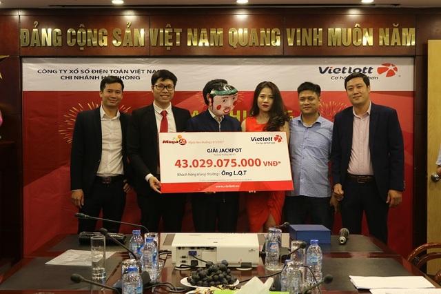 Ông Vũ Tuấn Dương – Giám đốc Công ty CP Vì Con Người Việt tham gia trao thưởng giải Jackpot trị giá 43 tỷ đồng cho ông L.Q.T vào chiều 23/3.