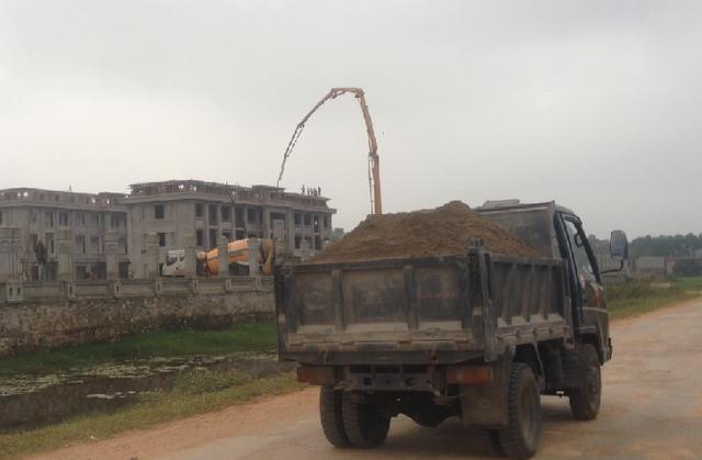 Xe chở vật liệu xây dựng không che chắn lưu thông trên tuyến đường.