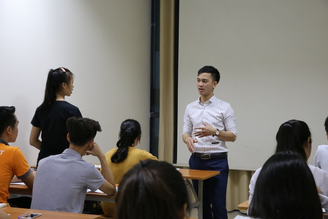 """Trong căn phòng rộng khoảng 20m2, """"lò"""" luyện thi đặc biệt của thầy Quyết có khoảng 20 – 30 học sinh/lớp, là những em tới từ nhiều tỉnh khác nhau."""