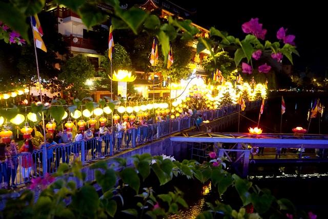 Dòng người đứng dọc kênh Nhiêu Lộc, bên dưới dòng kênh là hàng nghìn chiếc lồng đèn lung linh.