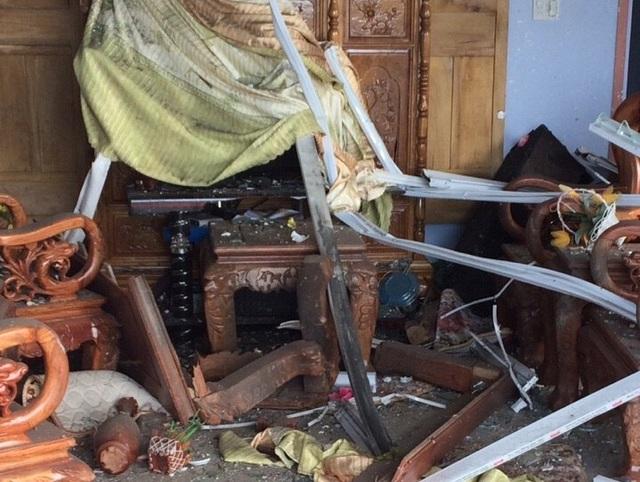 Gian phòng khách bị hư hại nặng