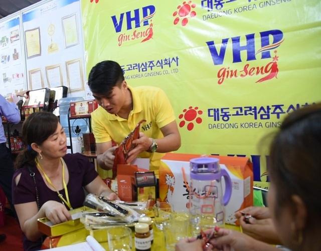 Khách hàng trải nghiệm sản phẩm tại gian hàng của VHP Group