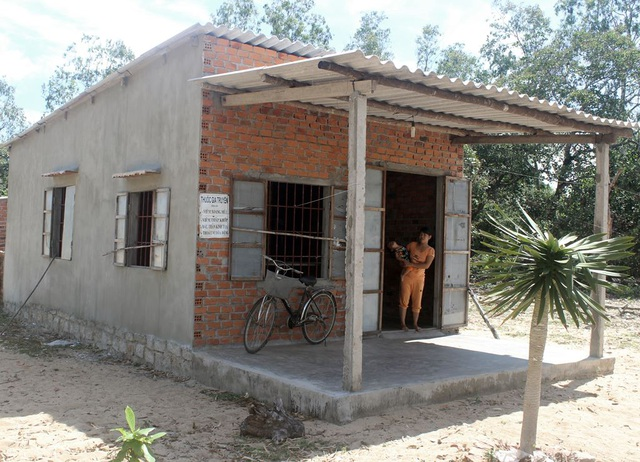 Ngôi nhà nhỏ được làng xóm góp công, vật liệu xây cho hai vợ chồng