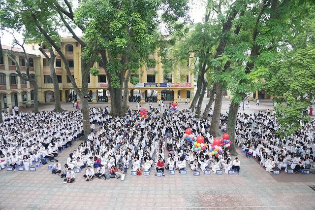 Ngay từ sáng sớm, trong khuôn viên cổ kính của trường THPT Phan Đình Phùng đã có mặt đầy đủ các em học sinh lớp 12 dự lễ bế giảng