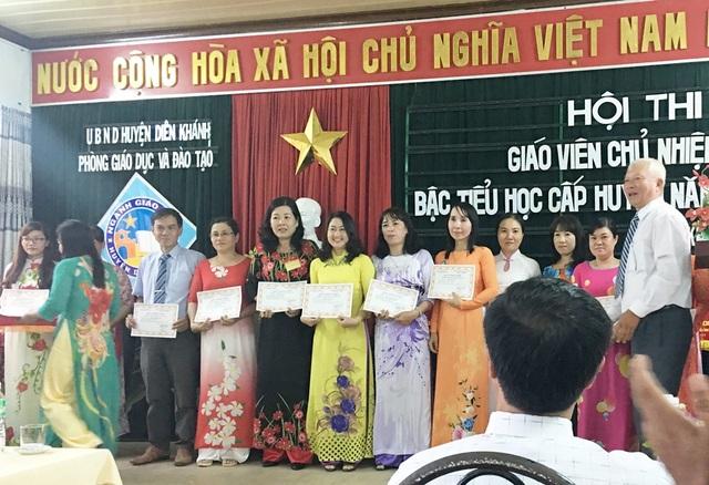 Cô Tuyến (áo dài vàng) trong Hội thi giáo viên chủ nhiệm giỏi bậc tiểu học - (Ảnh: NVCC)
