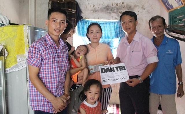 PV Dân trí (bìa trái) cùng gia đình và lãnh đạo địa phương tại lễ trao quà của bạn đọc đến gia đình