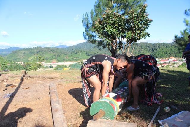 Các thanh niên mạnh khỏe được chọn để vận chuyển cây nêu và tiến hành dựng