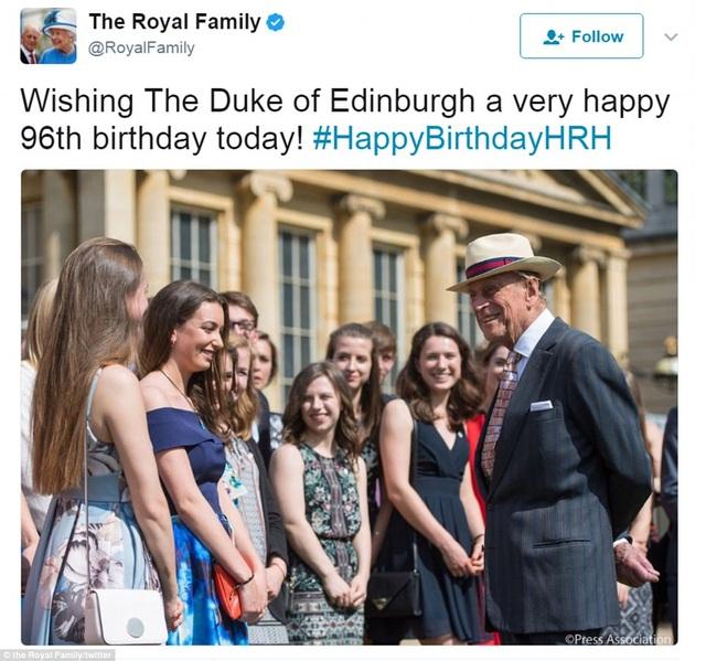 """Trên trang mạng xã hội Twitter của Cung điện Buckingham cũng đăng tải thông điệp chúc mừng Hoàng thân Philip (phải). Thông điệp viết: """"Chúc mừng sinh nhật lần thứ 96 của Công tước xứ Edinburgh hôm nay!"""". (Ảnh: Twitter)"""