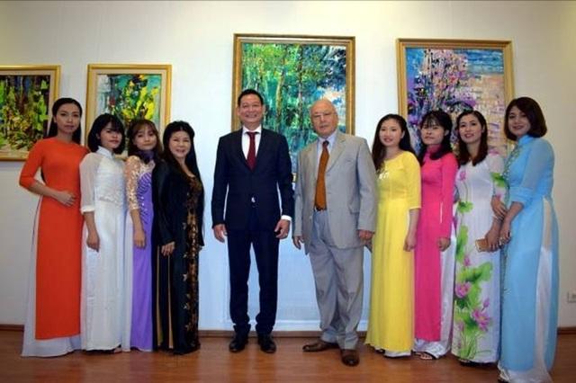Họa sĩ Văn Dương Thành chụp ảnh lưu niệm cùng Đại sứ Trần Thành Công, cựu đại sứ Olaru và các nghệ sĩ múa nón.