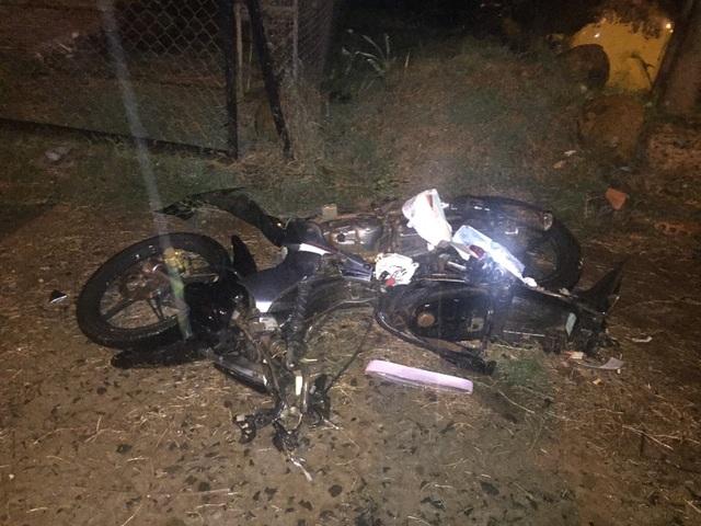 Xe máy của nữ sinh nát bét sau cú va chạm
