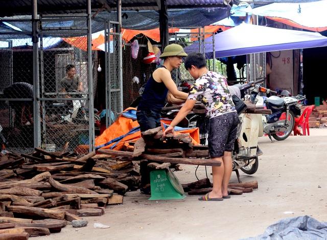 Về Bắc Ninh xem khu chợ gỗ quý tiền tỉ bán theo cân - 2