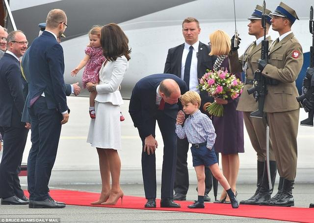 Hoàng tử William và Công nương Kate sẽ có chuyến công du kéo dài 5 ngày tới hai quốc gia là Ba Lan và Đức. Công chúa Charlotte, 2 tuổi, và Hoàng tử George, 3 tuổi, cũng đi cùng bố mẹ trong chuyến đi lần này. Trong ảnh: Gia đình Hoàng tử William được tiếp đón tại sân bay Chopin. (Ảnh: Dailymail)
