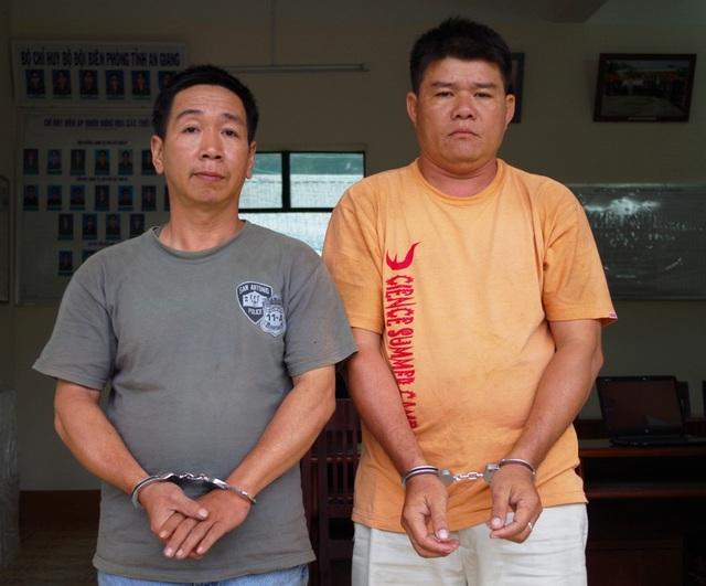Đối tượng Nguyễn Văn Vẹn (bên trái) và Nguyễn Văn Thông khi bị cơ quan chức năng bắt giữ