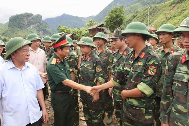 Đại tướng Đỗ Bá Tỵ động viên bộ đội tham gia khắc phục hậu quả lũ quét ở Mường La