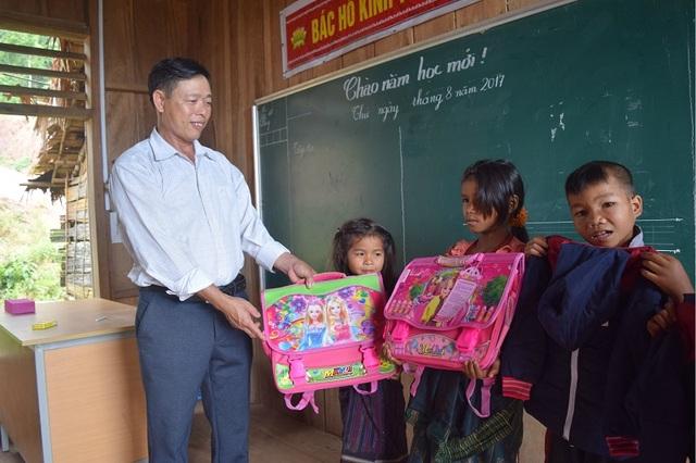 Cảm động thầy giáo đi xin quần áo cho học trò nghèo vùng cao - 2