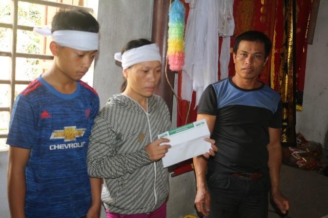PV báo Dân trí tại Hà Tĩnh đã trao 5 triệu đồng từ Quỹ Nhân ái hỗ trợ gia đình anh Nguyễn Thu Lộc