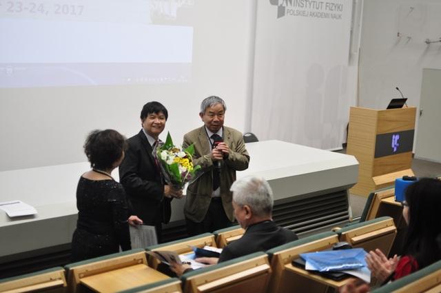 Ông Lê Thiết Hùng, Chủ tịch Hội người Việt Nam tại Ba Lan phát biểu chúc mừng hội thảo.