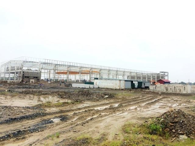 Chưa đủ các tiêu chuẩn theo quy định nhưng chủ đầu tư dự án CCN Cầu Yên đã cho nhà đầu tư thứ cấp vào xây dựng lắp đặt nhà xưởng, việc làm diễn ra rầm rộ hàng tháng nay.