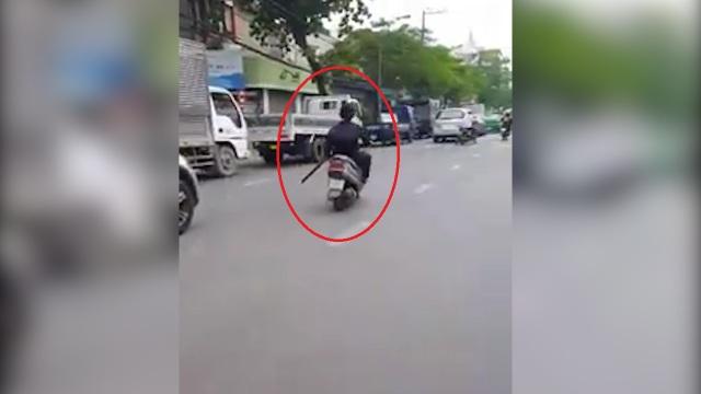 Cầm mã tấu vung trên đường khiến nhiều người khiếp sợ